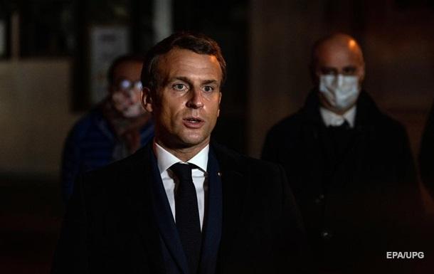 Макрон назвал терактом нападение на учителя в пригороде Парижа